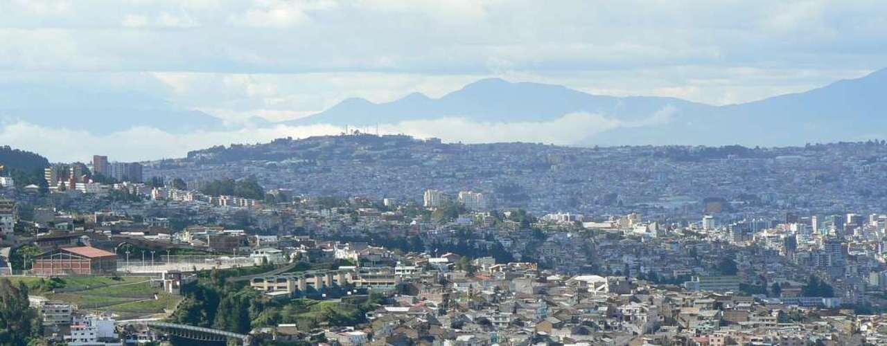 Panecillo, Quito, Equador: bela cidade dos Andes a 2 800 metros acima do nível do mar, a capital equatoriana é protegida por uma estátua de 30 metros de sua padroeira, a Virgem de Quito. Em Panecillo, colina do centro histórico onde está a estátua, turistas podem curtir uma impressionante vista de 360 graus sobre a cidade desde um mirante
