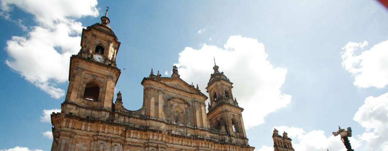 Praça de Bolivar, Bogotá, Colômbia: praça principal de Bogotá, a Praça de Bolívar está rodeada por alguns dos mais belos edifícios da cidade. O Palácio de Justiça, a Catedral Primada de Bogotá e a Casa de Cabildo são algumas das construções do século dezenove da praça, que tem em seu centro uma estátua do prócer latino-americano Simón Bolívar