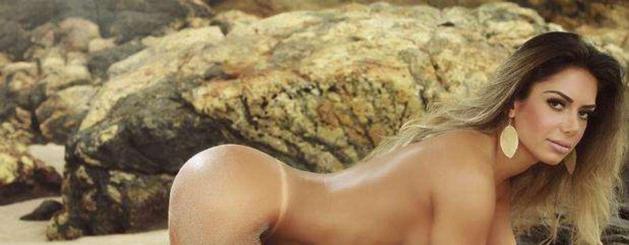 Graciella Carvalho, apresentadora do programa 'Malícia', do Multishow, estampou a última edição da 'Sexy' de 2012, mostrando o resultado de sua cirurgia íntima