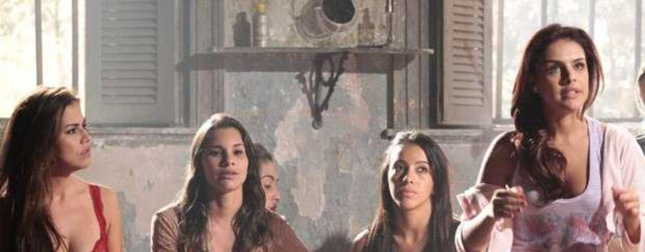 Rosângela (Paloma Bernardi) fica sabendo que Irina está presa, mas diz que não participará de plano das colegas; ela tem que elas sofram as consequências assim que a gerente se libertar