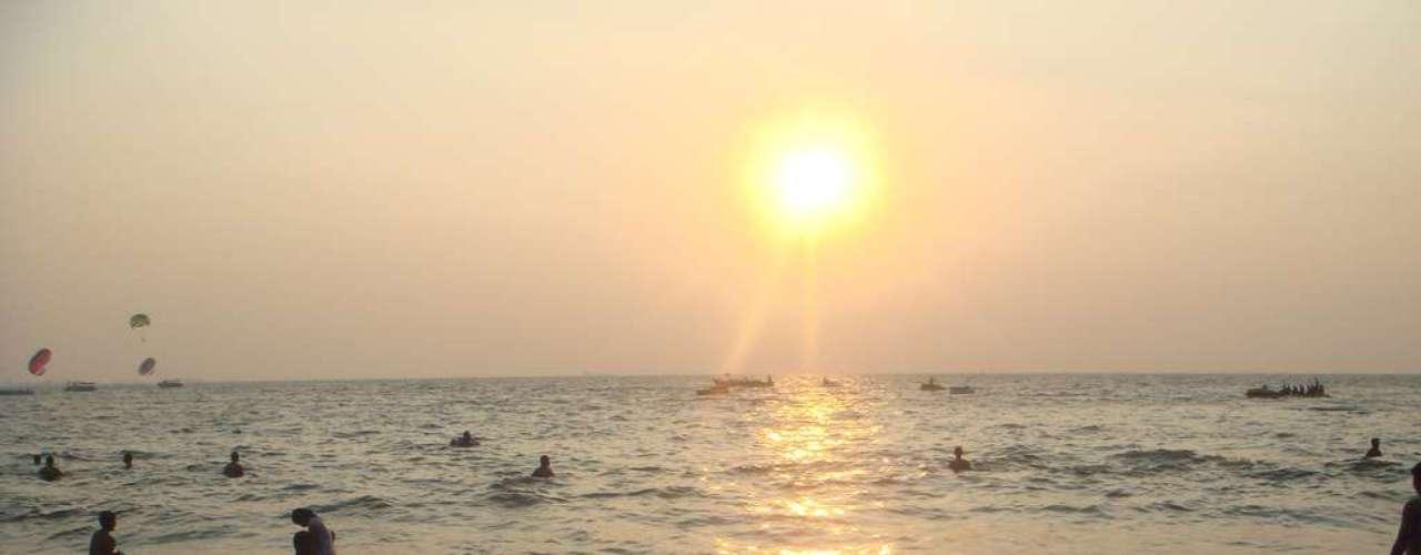 Goa, Índia - Região do sudoeste da Índia, Goa tem um lindo litoral com praias paradisíacas, e um ambiente divertido que atrai turistas do mundo inteiro desde a década de 1960. Para a virada, festas na areia com drinques, música e fogos de artifício reúnem locais e estrangeiros, que recebem juntos o novo ano sob as estrelas. As maiores festas acontecem na cidade de Anjuna, enquanto para festas menores e mais íntimas, destinos como Candolim são boas opções. Em Candolim, o The Park Hotel tem um bar à beira da piscina com DJs tocando música a noite inteira. Diárias para o Réveillon custam a partir de R$ 1.500