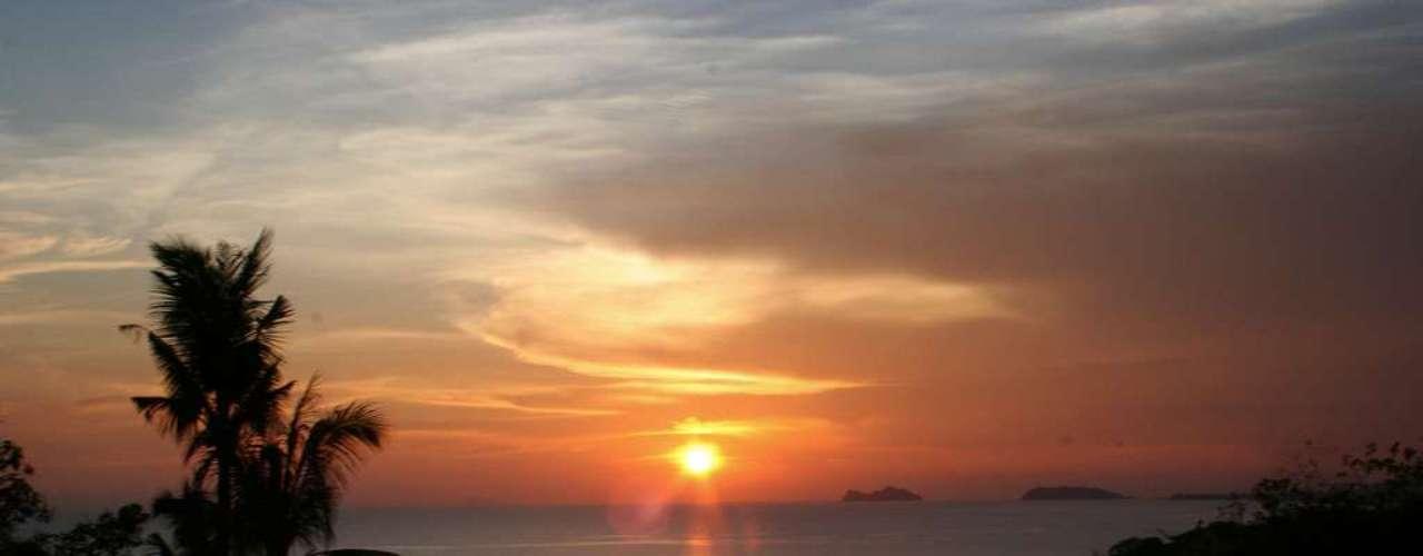 Koh Pha Ngan, Tailândia - Existem muitas festas nas praias da Tailândia durante todo o ano, mas nenhuma delas é tão famosa no mundo inteiro quanto a Full Moon Party, realizada a cada lua cheia na ilha de Koh Pha Ngan. Na noite do Réveillon, a Koh Pha Ngan não deixa de organizar uma festa que dura até a tarde do dia seguinte, com pessoas do mundo inteiro se divertindo ao som de muita música. O resort de luxo Anantara Rasananda Koh Phangan é uma ótima escolha para se hospedar na ilha com muito conforto e diárias a partir de R$ 600