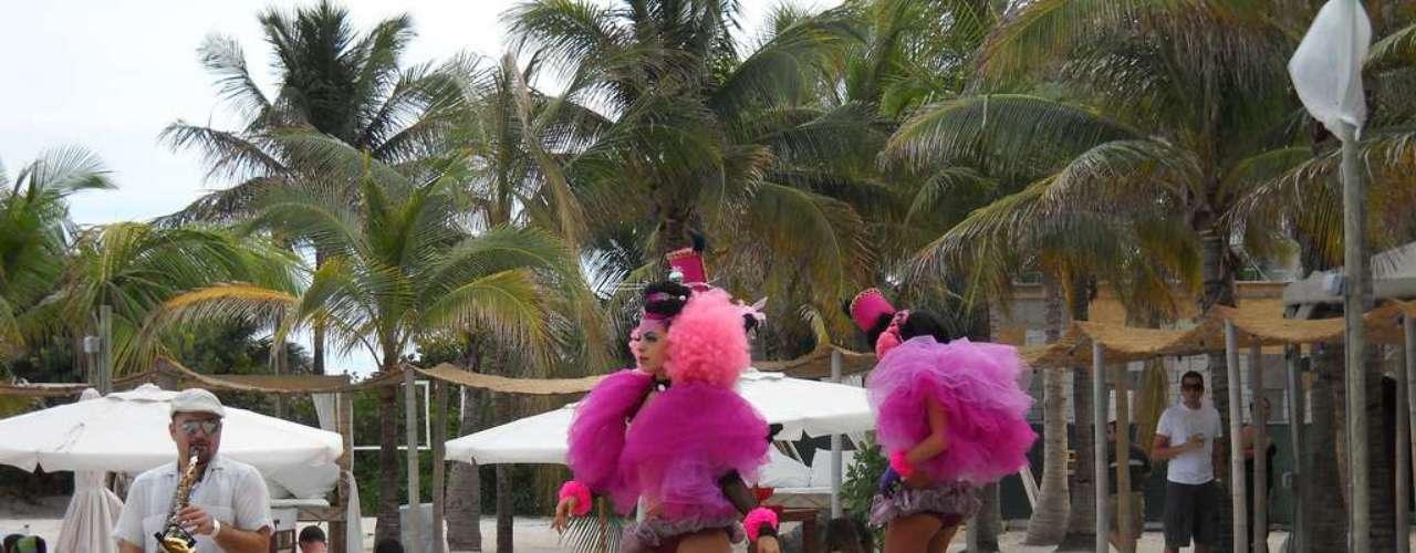 Miami, Estados Unidos - Conhecida como uma das cidades mais festeiras do mundo, Miami não economiza na hora de comemorar o ano novo. Depois da contagem regressiva e dos fogos de artifício em South Beach, os numerosos bares e discotecas de Ocean Drive, como o The Clevelander e o Mansion, têm grandes festas que vão até altas horas com muita animação. Situado em Collins Avenue, em Miami Beach, o The Marlin passou recentemente por renovações milionárias que o deixaram com uma cara moderna, e tem diárias a partir de R$ 900