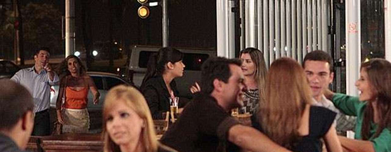 Érica está tentando esquecer Théo, mas não está fácil. Ao sair com Ricardo, ela dá de cara com o ex, que está sentado em uma mesa de bar com Ciro e duas garotas