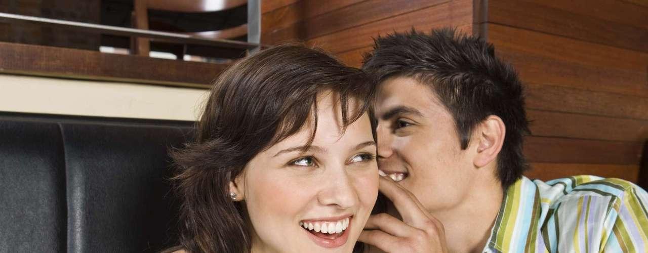 Ela fica perto o suficiente para que você possa beijá-la - Preste atenção em como ela reage quando você se aproxima o suficiente para sussurrar. Ela vira o rosto para ouvir melhor ou se distancia? Quanto mais confortável e atraída a mulher estiver, mais perto ela vai se posicionar de você. Também vale checar em onde ela coloca os objetos pessoais, como bolsa ou bebida. Se sua pretendente deixar coisas entre vocês dois é porque não quer que você fique ali