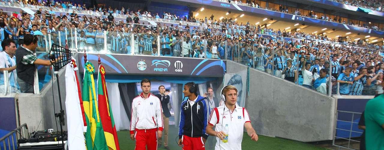 Até mesmo atletas do Hamburgo foram ao gramado antes do jogo para poderem olhar a festa