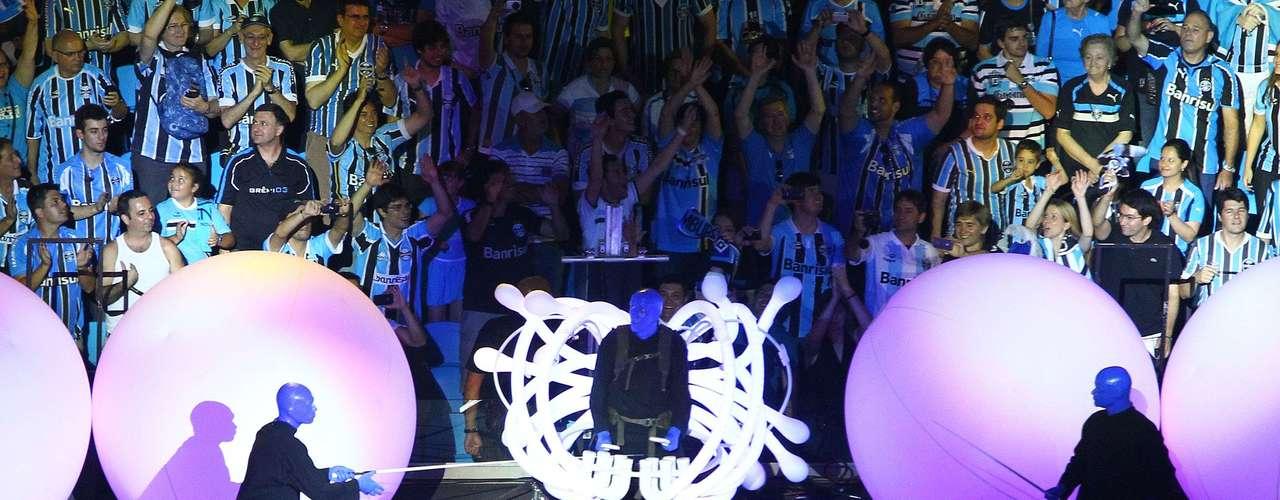 Cerimônia de inauguração teve espetáculo e coreografia comandados pelo Blue Men Group