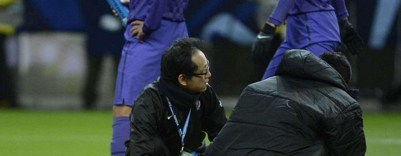 Goleiro Shusako é atendido após encontrão com Gedo