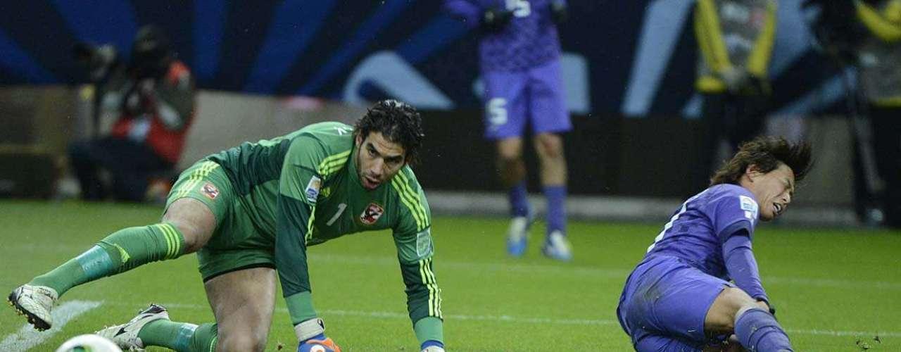 Goleiro Ekramy observa bola na vitória do Al Ahly