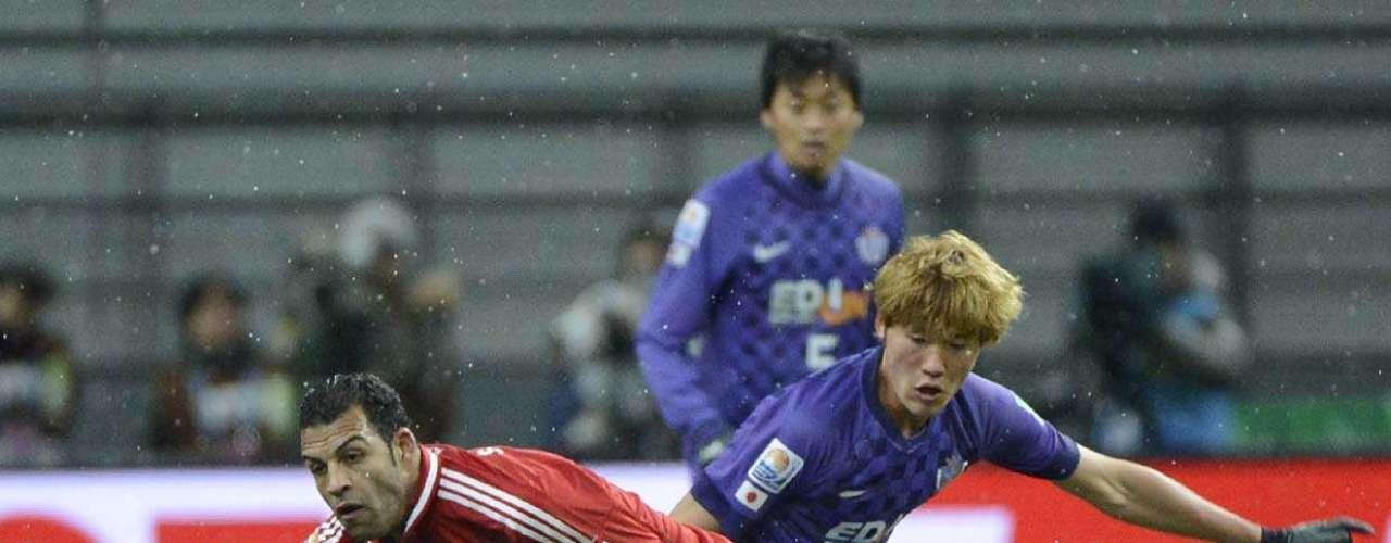Hamdy lida com a marcação do Sanfrecce Hiroshima