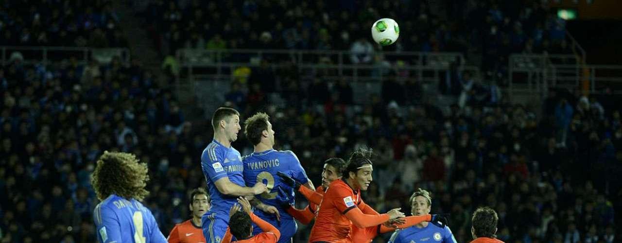 Ataque do Chelsea tenta chegar pelo alto na área da equipe mexicana