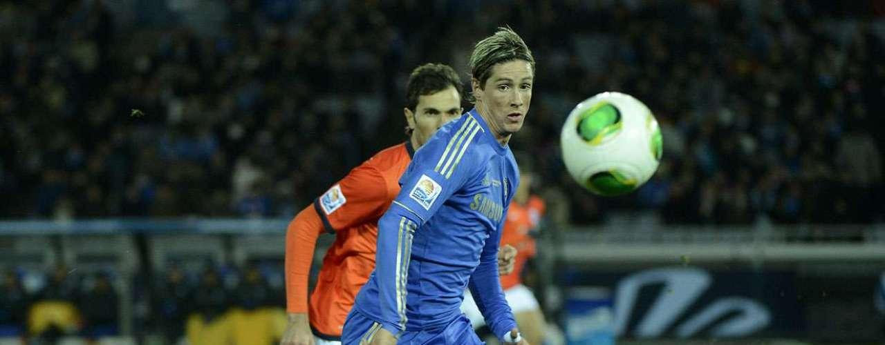Fernando Torres corre atrás da Cafusa no ataque do time londrino