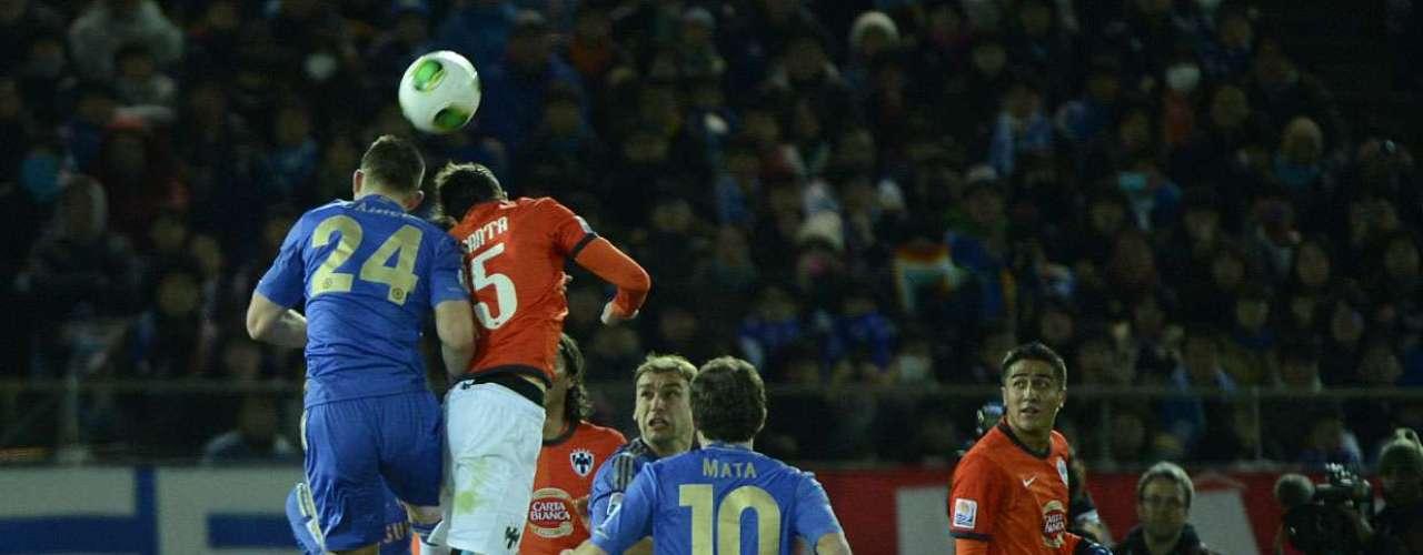 Basanta tenta pelo alto em uma das poucas chegadas da equipe mexicana