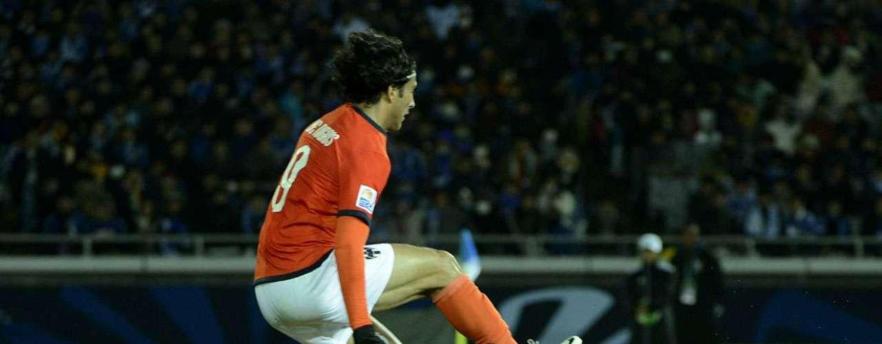 Petr Cech sai do gol para defender a bola na tentativa de De Nigris