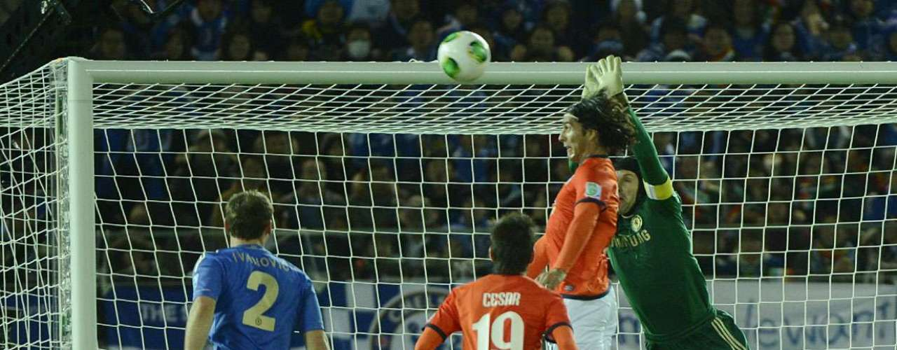 Uma das melhores chances do Monterrey no primeiro tempo foi com o atacante De Nigris. Chávez fez boa jogada pela esquerda e cruzou fechado. De Nigris se antecipou ao goleiro Cech e cabeceou por cima do gol