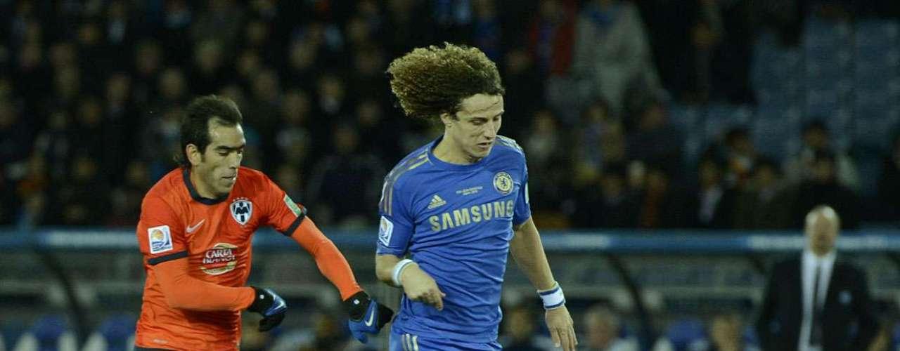 O Chelsea surpreendeu em sua escalação com o zagueiro brasileiro David Luiz atuando como volante, deixando Ramires no banco