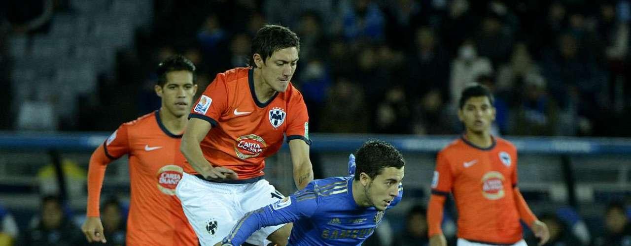 Jovem belga Hazard tenta escapar da marcação dos mexicanos no meio-campo