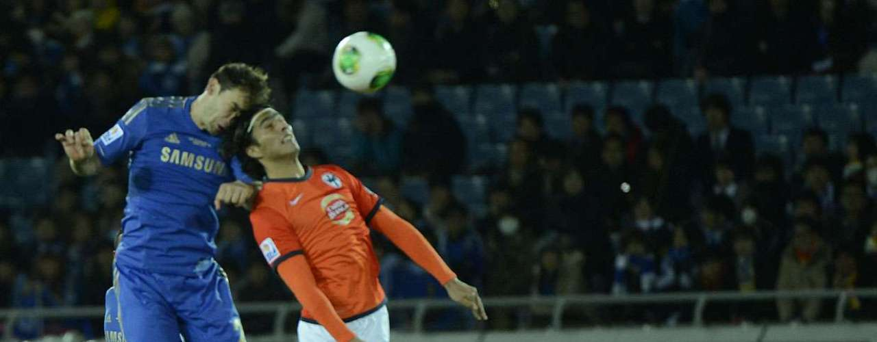 Ivanovic ganha disputa pelo alto com o atacante De Nigris