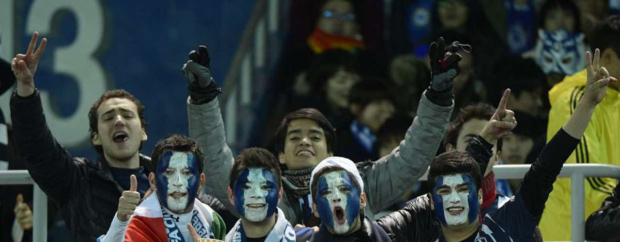 Com os rostos pintados nas cores do clube, torcedores do Monterrey fazem festa nas arquibancadas do Nissan Stadium, em Yokohama