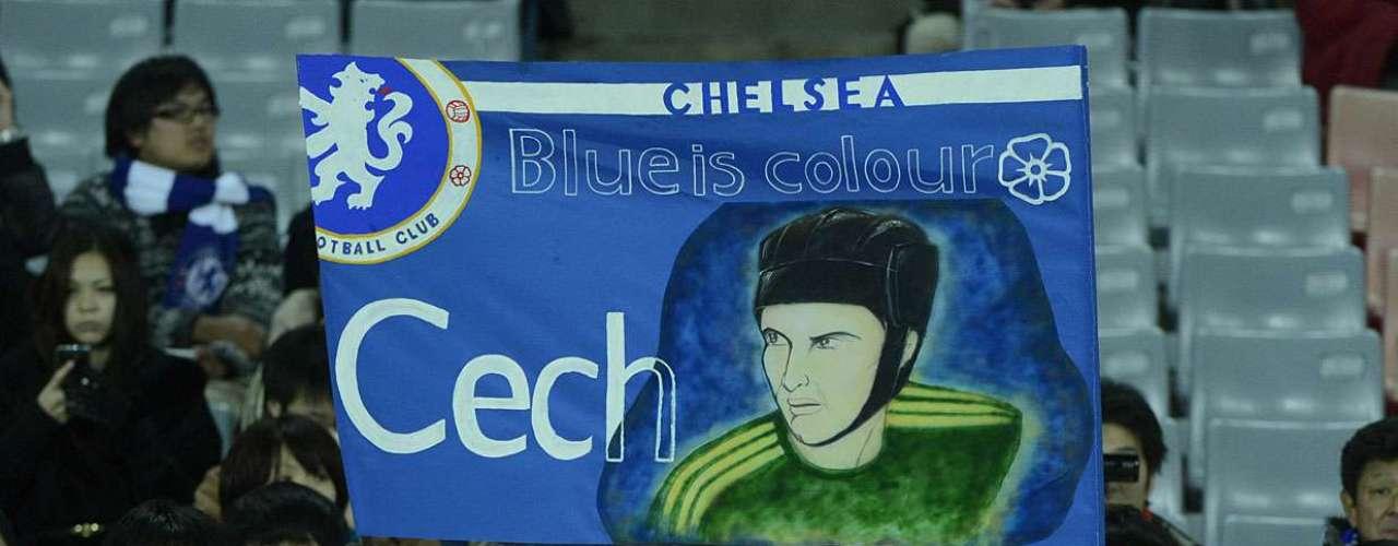 Torcedora do Chelsea exibe faixa em homenagem ao goleiro Petr Cech, um dos principais jogadores do elenco londrino
