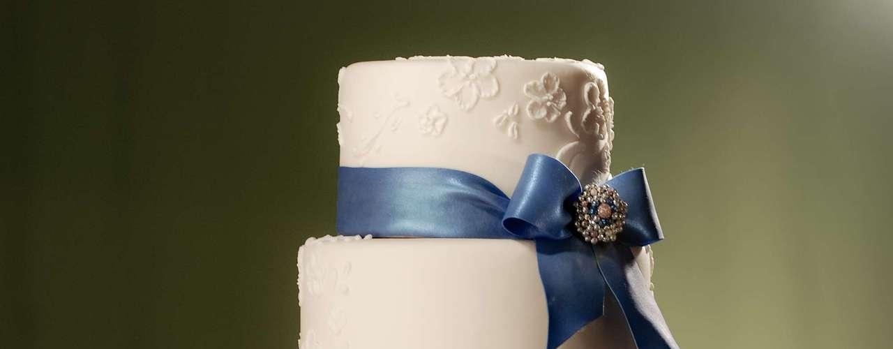 Bolo redondo de quatro andares de noir chocolate, framboesas e chocolate meio amargo coberto de pasta de açúcar decorado com desenhos de flores e fitas , The King Cake.Preço:a partir de R$ 180 o quilo