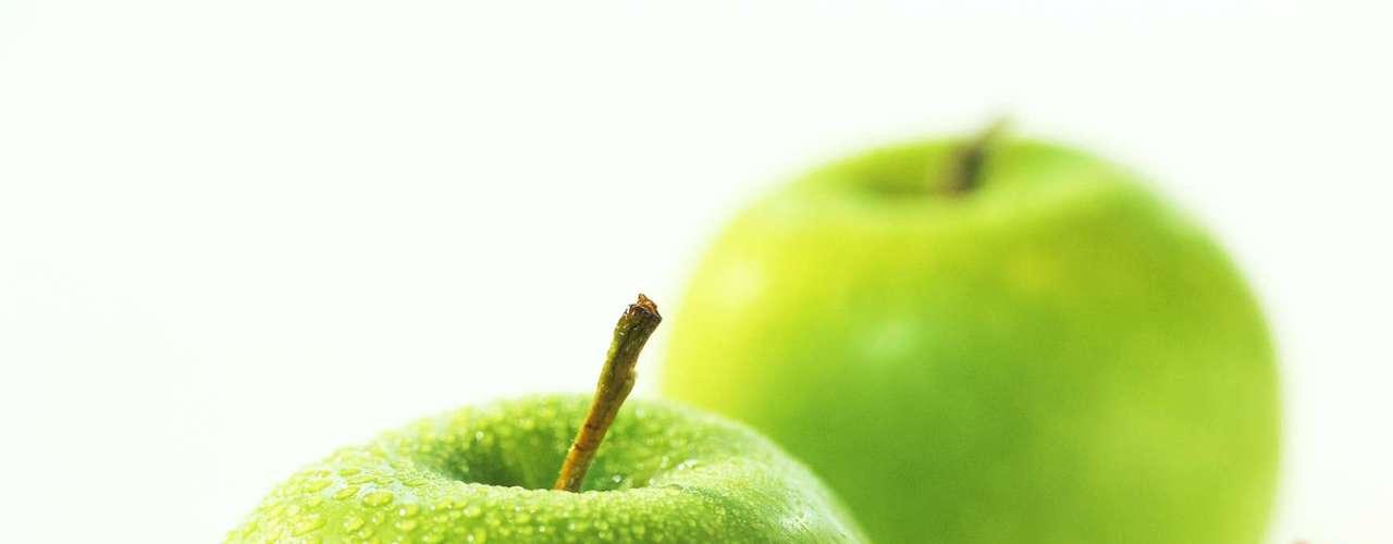 Maçã verde: segundo a especialista, manter a alimentação regulada é a chave para acelerar a queima de calorias. Então, o indicado é ingerir uma maçã verde às 15h todos os dias, que é quando o metabolismo começa a desacelerar. \