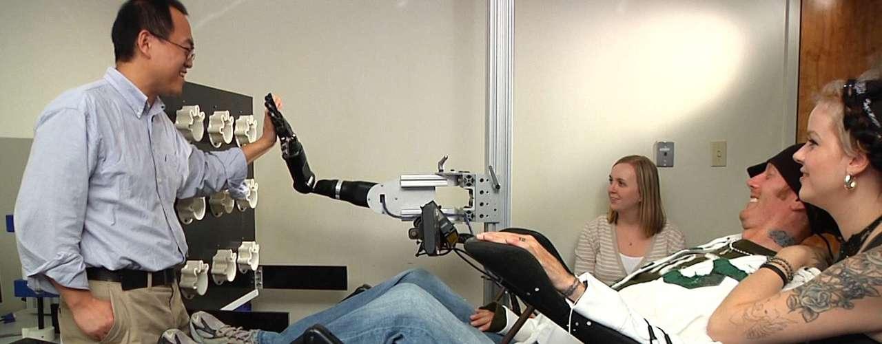 Em testes realizados com outros voluntários, o braço robótico dá até um tapinha na mão do pesquisador. O teste foi apontado como nova tendência no tratamento de doenças degenerativas na medula