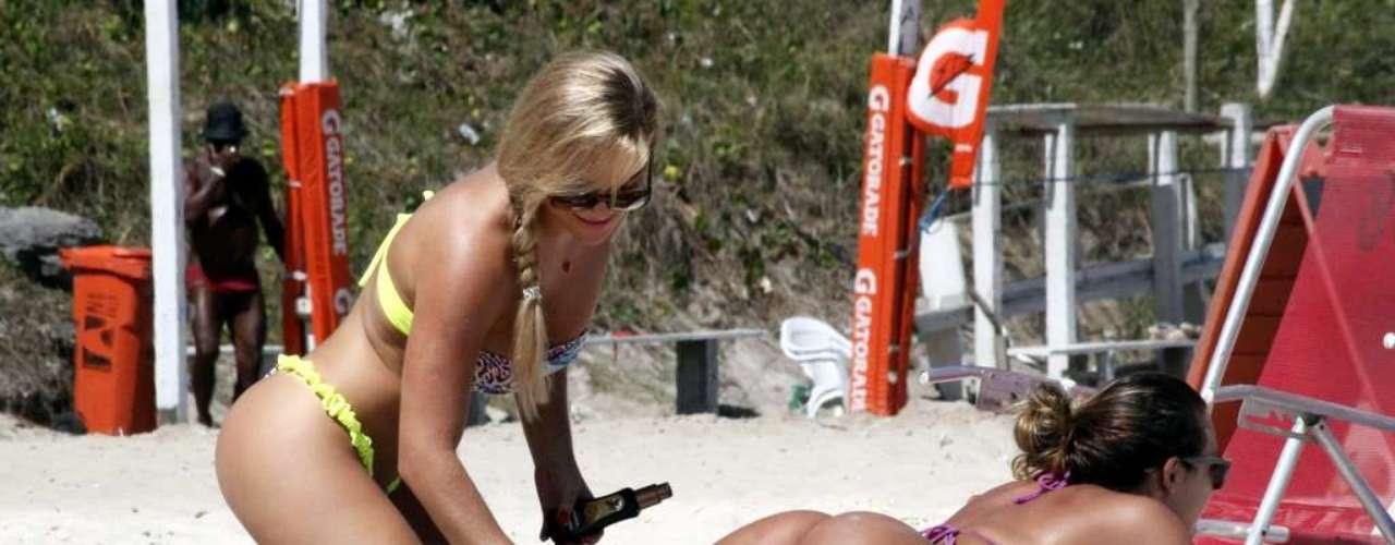 Em tarde ensolarada, com temperaturas que ultrapassaram os 30ºC, a apresentadora Caren Souza e a coelhinha da revista 'Playboy' Thais Schmitt aproveitaram para reforçar o bronzeado na praia da Barra da Tijuca, zona oeste do Rio de Janeiro. Ambas usavam biquínis fio-dental coloridos