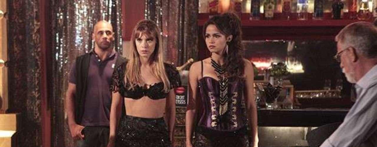 Morena (Nanda Costa) está tensa e sem saber o que fazer em sua noite de estreia na boate. Jéssica (Carolina Dieckmann) percebe o desconforto da colega e tenta acalmá-la, dando algumas dicas. \