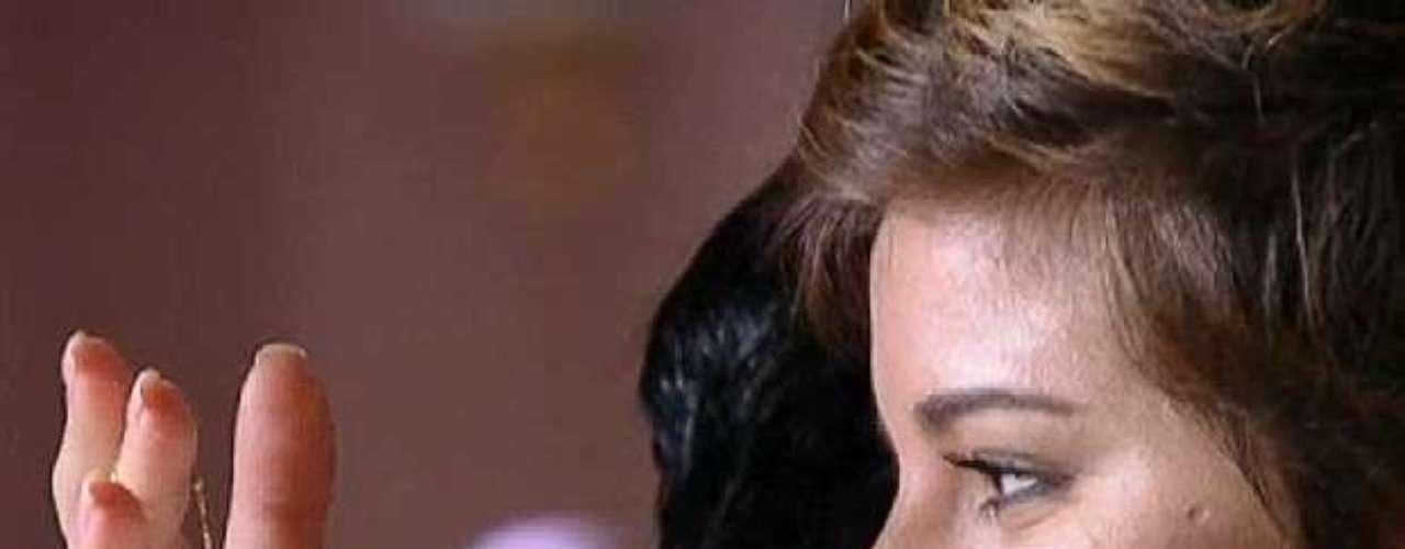 Aisha (Dani Moreno) recebe de Mustafá (Antonio Calloni) uma pulseirinha de ouro que estava em seu braço quando chegou à Turquia