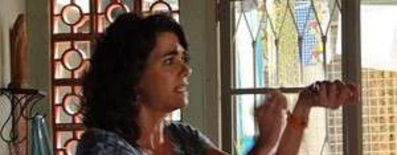 Delzuite (Solange Badim) resolve vender o túmulo da filha que morreu quando ainda era bebê e descobre que o caixão está vazio. Ela se lembra que a menina tinha uma pulseirinha de ouro no braço e acredita que por isso foi roubada
