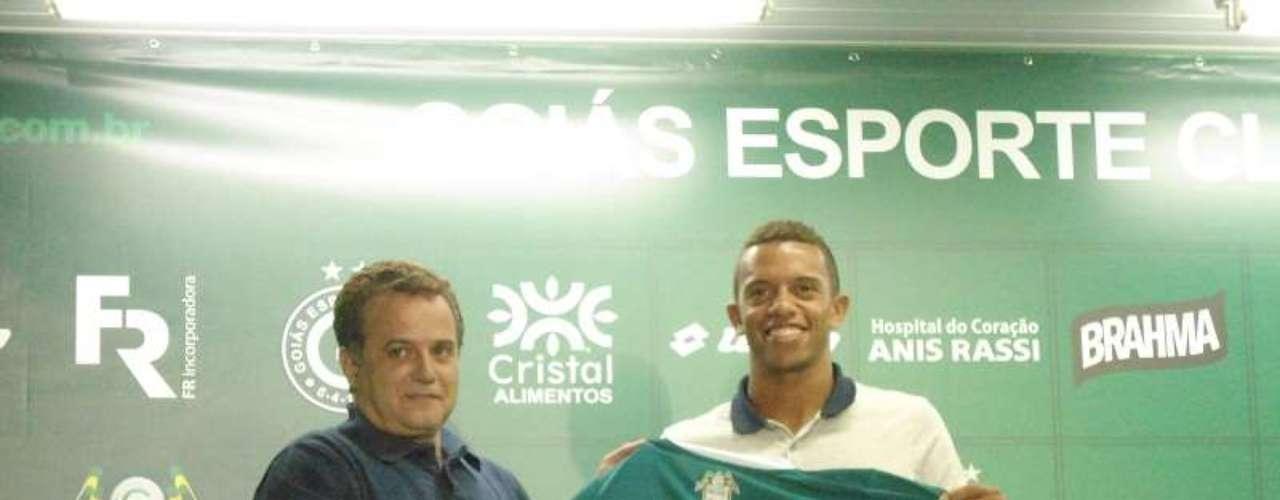 O lateral esquerdoWilliam Matheus, ex-Vasco, foi contratado peloGoiás para substituir Egídio, que foi para o Cruzeiro