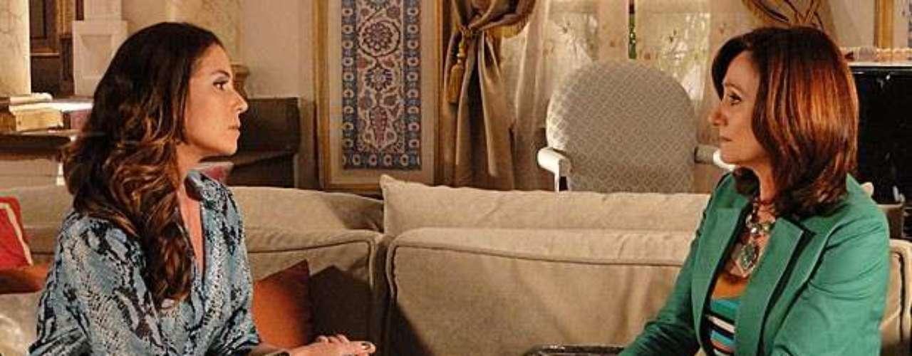 Berna (Zezé Polessa) segue as ordens de Wanda (Totia Meirelles) e engana Helô (Giovanna Antonelli) sobre a adoção de Aisha (Dani Moreno)