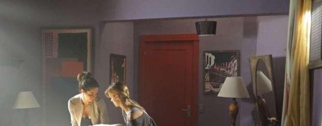 As duas escondem as roupas em um quarto da boate, durante a preparação para a fuga