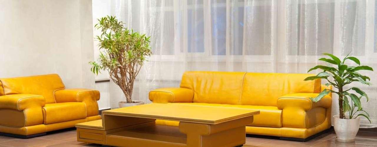 O amarelo chama muita atenção. Por isso, quando é usado na mobília nesta sala, nos dois sofás e na mesa de centro , o restante da decoração costuma ser completado com poucos elementos