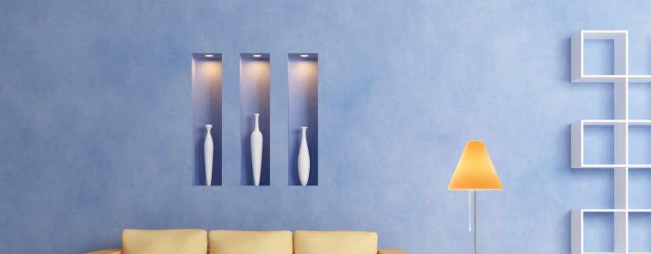 Em frente a uma parede toda azul e sobre um piso branco, o sofá amarelo ganha destaque e mantém a elegância