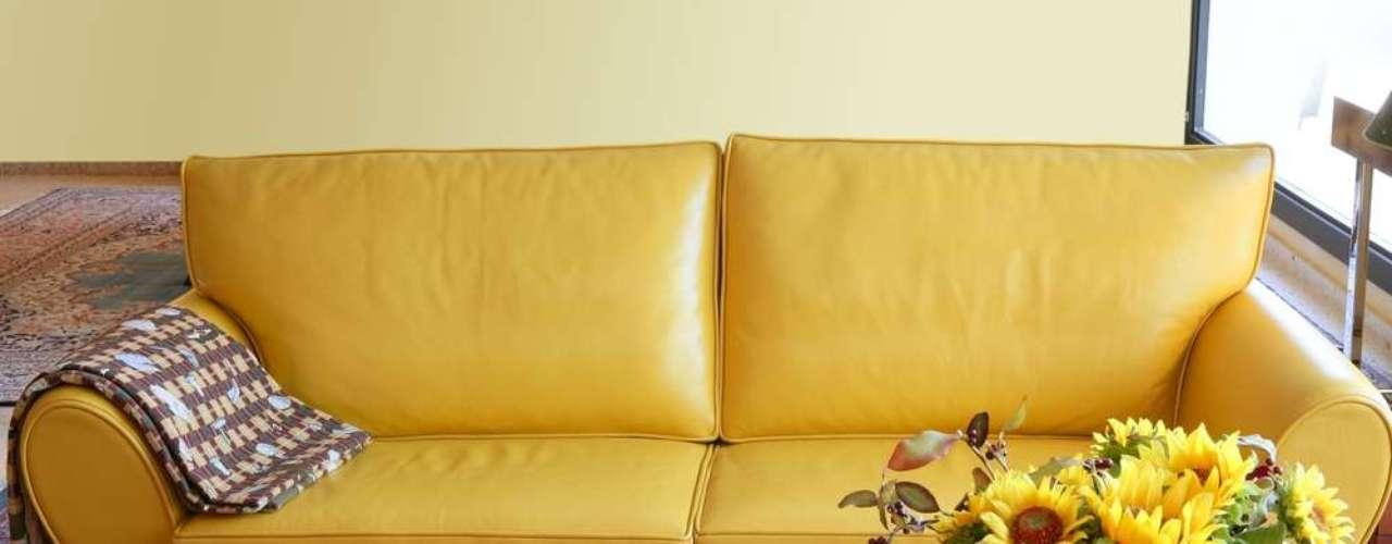 Sofás amarelos podem cair bem em cômodos com decoração mais romântica, como neste caso