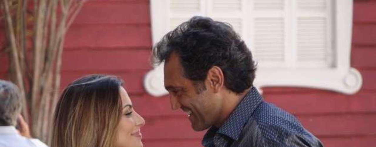 Bianca (Cleo Pires) tenta beijar Zyah (Domingos Montagner) na rua, mas o guia corta o clima e diz que todos estão olhando para eles