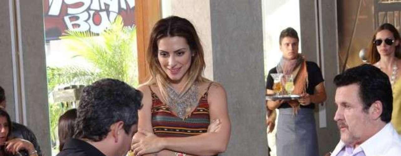 Após ter sido abandonado por Bianca (Cleo Pires), Stenio (Alexandre Nero) reencontrou a ex-noiva ao voltar para a Turquia. Ela o cumprimenta como se nada tivesse acontecido e os dois discutem