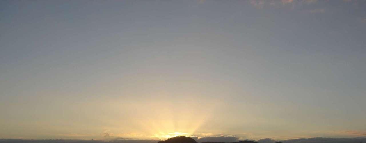 24 de dezembro - Amanhecer na praia Central, em Balneário Camboriú; foto registrada por volta das 7h