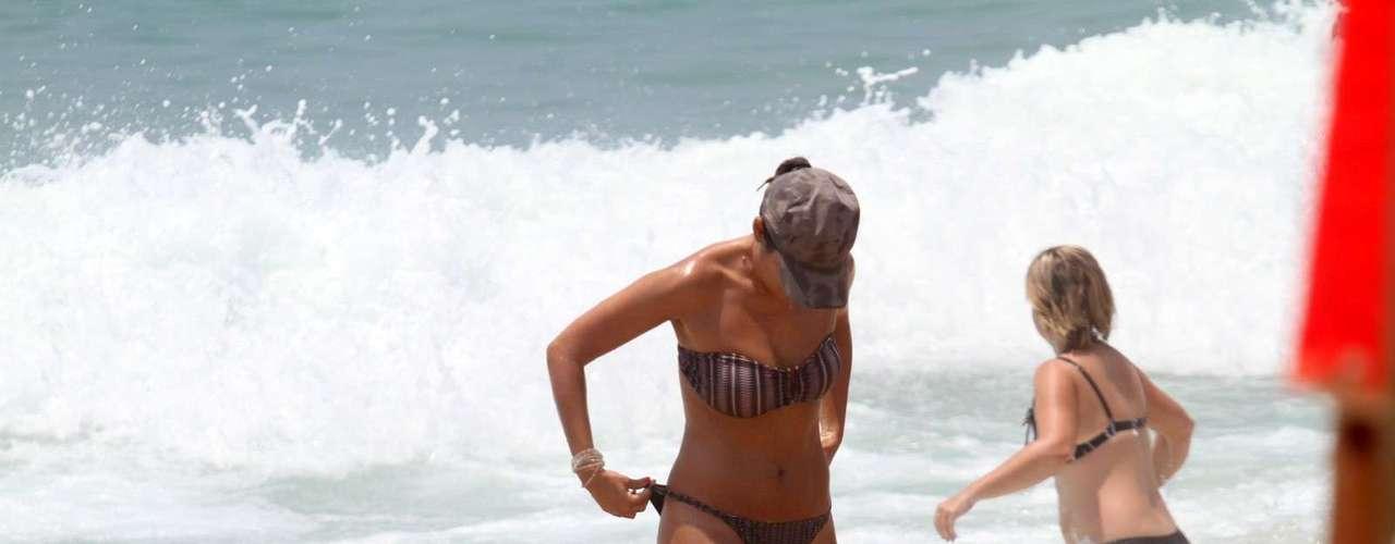 A jornalista Patrícia Poeta aproveitou a ensolarada manhã desta segunda-feira (24) para curtir com o marido, Amauri Soares, a praia do Leblon, na zona sul do Rio de Janeiro