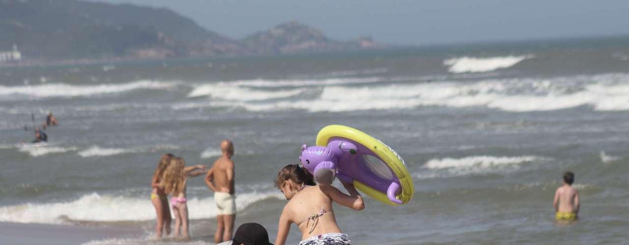 25 de dezembro - Crianças se divertiam na areia; a previsão para amanhã é de chuva na região de Florianópolis
