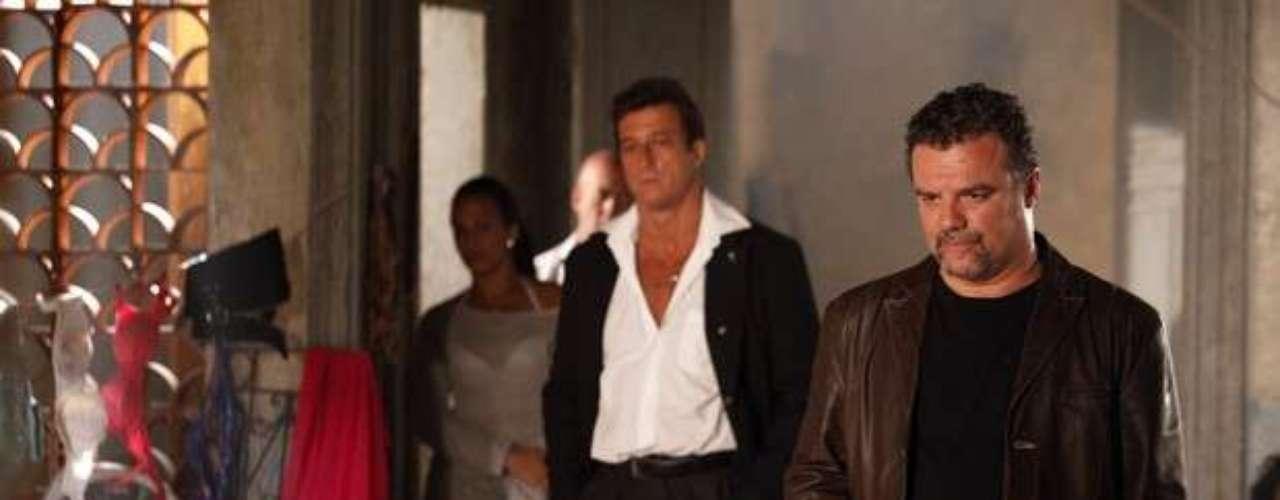 Russo (Adriano Garib) leva uvas para as traficadas treinarem como transportar drogas dentro do corpo
