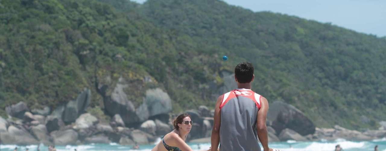 25 de dezembro-Dupla se diverte jogando frescobol à beira do mar na praia de Bombas