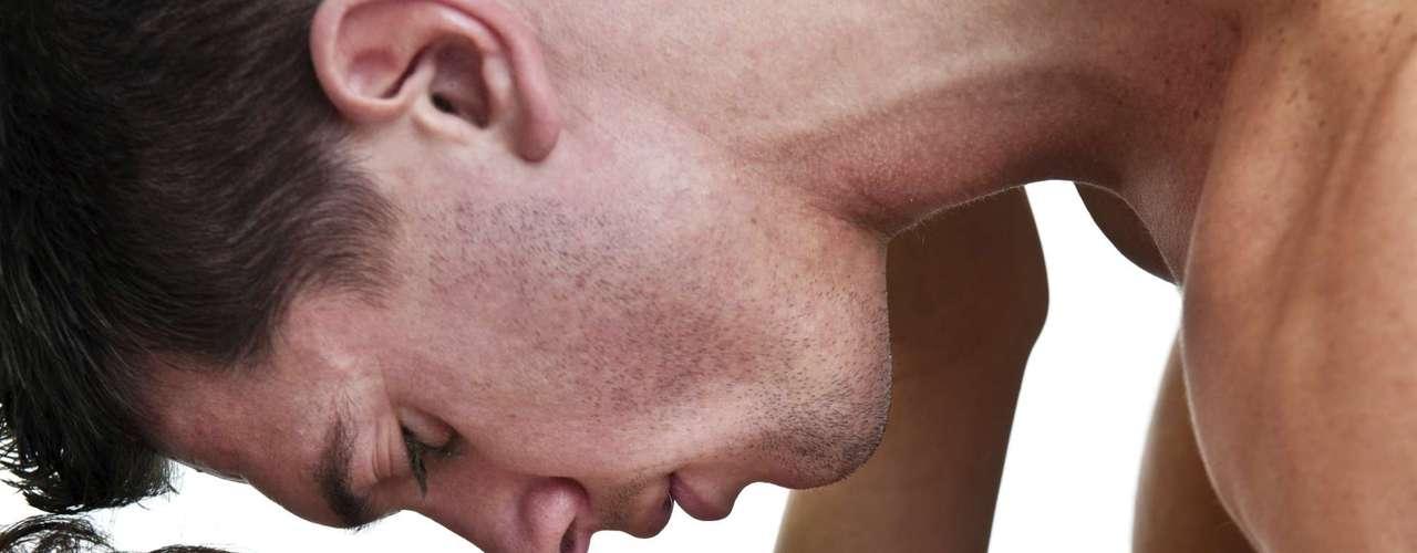 É íntimo -Em um nível emocional, o fato de um homem desejar sexo anal pode demonstrar o quão íntimo está de sua parceira. Diferentemente do vaginal, o anal exige preparo, comunicação e muitas preliminares para que o ato aconteça. Morse acrescenta que a modalidade demonstra amor e confiança da parceira, que está disposta a oferecer tudo o que ele deseja