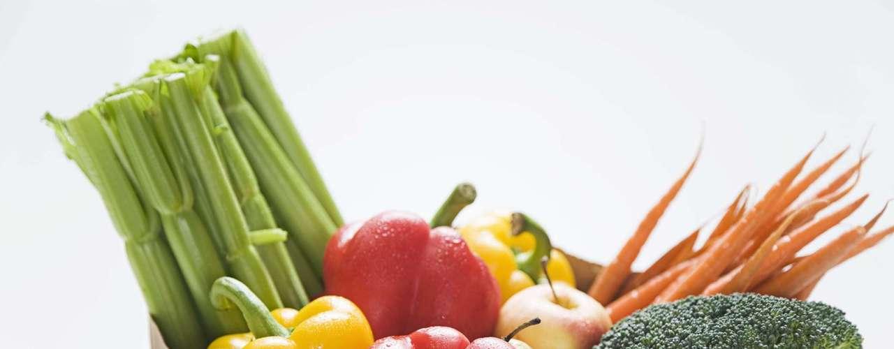 Vegetais -Para entrar naquele vestido, é preciso cortar a quantidade de açúcar ingerida no dia a dia. Comer boas quantidades de vegetais frescos é uma boa alternativa neste sentido, uma vez que eles têm baixos níveis de gordura, além de absorverem fungos como as micotoxinas e mandarem elas para fora do corpo. Este tipo de fungo pode causar problemas gastrointestinais, por isso os vegetais são uma ótima forma de combatê-los. Como comer: você pode até comer o seu vegetal preferido frito, desde que substitua o macarrão por quinoa ou arroz integral