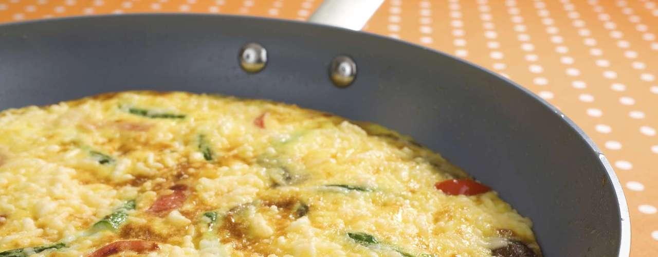 Ovos -Ovos são uma boa fonte de proteína, o que significa que eles irão garantir a sensação de saciedade por mais tempo. Ele também é uma excelente opção para recuperar as energias por não ter fermento nem açúcar, que são inimigos do inchaço e dificultam a digestão. Como comer: você pode fazer uma omelete com vegetais ou uma salada com ovos cozidos
