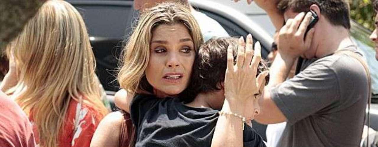 Érica (Flávia Alessandra) é quem avista o filho de Morena (Nanda Costa) andando pelas ruas