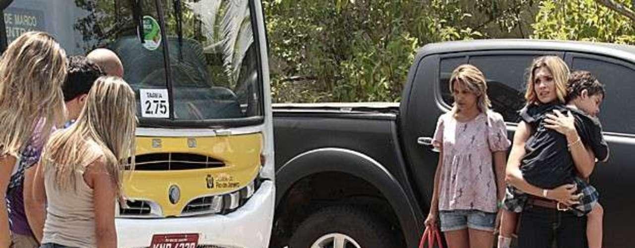 Théo (Rodrigo Lombardi) consegue salvar Junior (Luiz Felipe Mello), mas acaba atropelado por um ônibus que vinha em sua direção