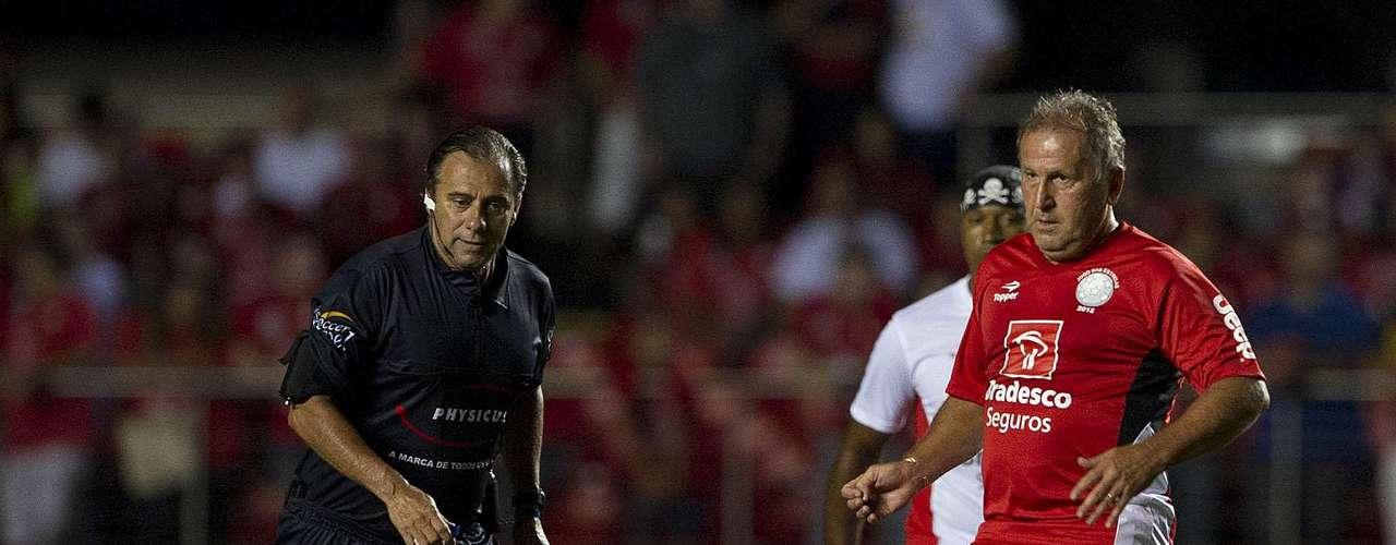 Zico é o principal organizador da partida festiva, mas teve uma atuação fraca nesta quinta. Ele perdeu seguidas chances de gol e saiu reclamando de dores nos joelhos